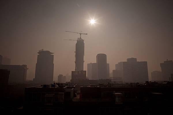外界擔憂中國經濟,經濟大腕們也先後發出警告,中國經濟硬著陸風險升高。圖為,北京一景。(Ed Jones/AFP/Getty Images)