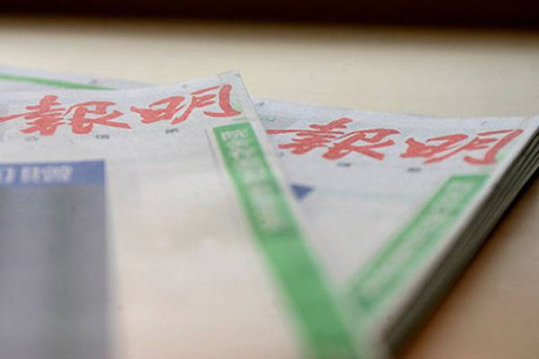 《明報》撤換總編輯,社會各界擔心香港新聞自由受到衝擊。前民主黨主席李柱銘以開天窗的方式在《明報》專欄  上寫道:黑手蓋日月 本報頻失明。(AFP)