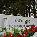 «財富»雜誌星期四(16日)發佈了其第十七期年度美國100家最適宜工作的公司名單,互聯網巨頭谷歌再次榮登榜  首。 圖為美國加州谷歌總部門外的大型logo商標。(David Paul Morris/Bloomberg via Getty Images/大紀元資料室)