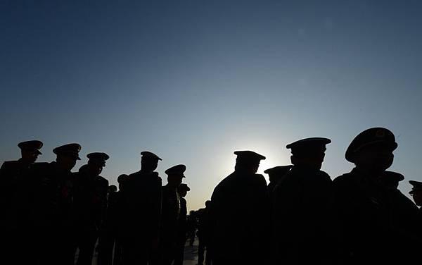 近日有消息透露,習近平在軍隊中的反腐力度比官場更猛更仔細,軍中下達的整改命令一道接一道。軍中上下已不只是緊張,而是真正被動了「奶酪」。(MARK RALSTON/AFP/Getty Images)