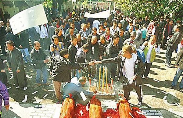 【怒祭英烈】■去年11月底27鄉村民「祭英烈」,成為反對「不包括土地」納郊野公園之戰的序幕。