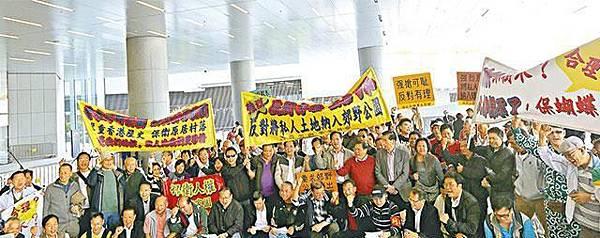 ■鄉議局去年12月動員鄉民到立會露宿,抗議將「不包括土地」納入郊野公園範圍。資料圖片