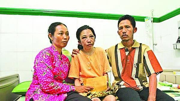 ■Erwiana手持由香港送來的善款,與父母感謝香港各界支持。張軍攝