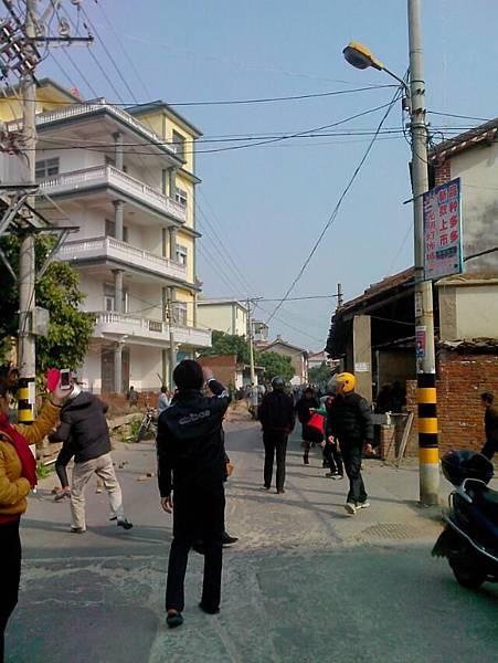 1月18日,4名派出所警察進入福建省莆田市涵江區三江口鎮鰲山村抓捕上訪的村民代表不遂,隨後招來100多全副武裝的武警殺進村子,見人就打。手無寸鐵的村民用磚頭還擊,被武警用磚頭和拳腳報復洩憤。十多名村民被打傷。其中多是老人和婦女。(網絡圖片)