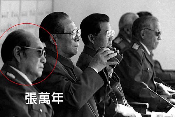 谷俊山之父曾投降日本做過漢奸,谷俊山在其父死後讓人寫書將自己包裝成為紅色子弟,而江澤民心腹、前中央軍委副主席張萬年為該書作序幫谷俊山「染紅」。張萬年在中共十六大上,曾聽命江澤民,兵變阻止胡錦濤任軍委主席。(網絡圖片)
