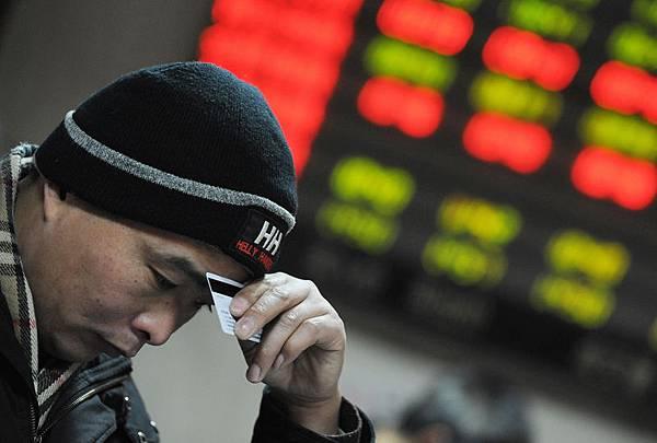 屋漏兼逢夜雨,中國股市受資本市場「錢荒」及新股批量發行潮影響,大陸股市一度在1月20日跌破2000大關,為近6個月新低。財經評論人士認為,中國股市走火入魔,股市泡沫越釀越大,泡沫破滅後將是徹頭徹尾的股災。(MARK RALSTON/AFP/Getty Images)