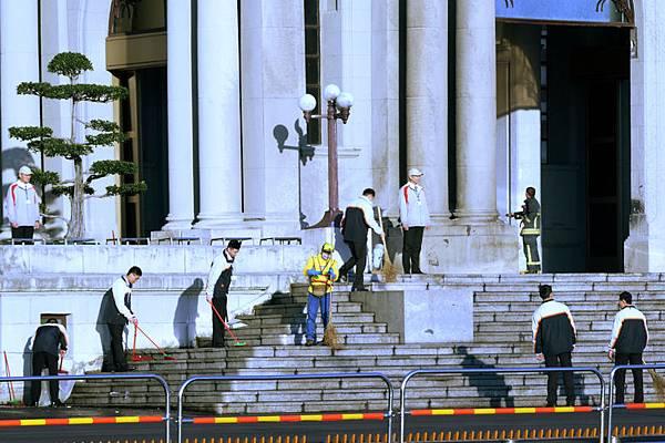 一輛貨車25日清晨由凱達格蘭大道衝進總統府大門,大貨車爬上階梯直接撞進,駕駛昏迷送醫。現場一片狼藉,警方已封鎖現場,釐清車禍原因。(中央社)