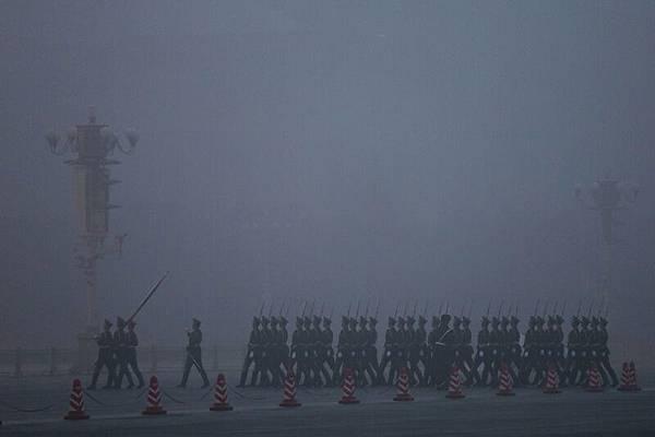 目前隨著習近平反腐的深入,點中江澤民死穴,江派不斷釋放與現任當權者「魚死網破」、「同歸於盡」的信號。  圖為北京天安門一景。(Feng Li/Getty Images)