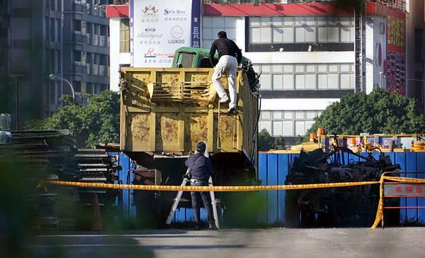 一輛貨車25日清晨衝進總統府,車上年約50歲的男子撞擊後昏迷,已送往台大醫院治療。警方將貨車拖吊至車輛保管場內調查。(中央社)
