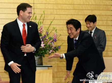 近日,中共黨媒報導美國參議員盧比奧訪問日本的新聞時稱,日本首相安倍晉三點頭哈腰請盧比奧入座,並配有圖  片。其後網民發現,其實這是日本正常的禮節,中共藉此抹黑日本,引發網民怒斥。(網絡圖片)