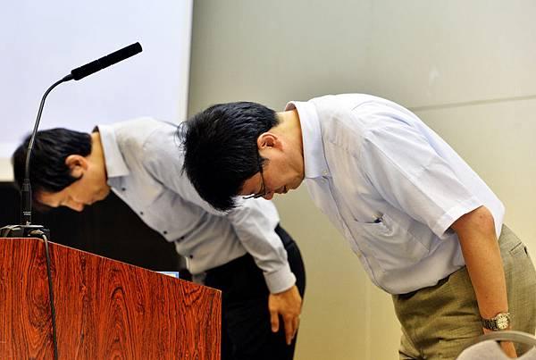 日本東京,東京電力的福島第一原子發電所小野所長2013年7月18日(左)出席新聞發佈會前先對公眾鞠躬。  (YOSHIKAZU TSUNO/AFP/Getty Images)