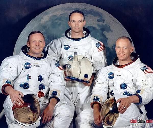 ●美國阿波羅11 號登月實現人類第一次登上月球。時間:1969-7-20,在月表停留21 小時。三太空人左起:阿姆斯壯、科林斯、奧德林。阿、奧2 人登月,科林斯駕駛指令艙。月球存在人類建築遺跡?