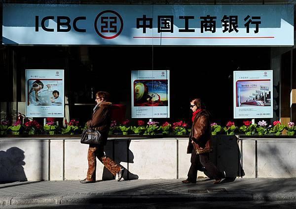 在中國的數萬億美元規模的影子銀行系統當中,一輪衝擊波正在若隱若現。在銷售給數百人的價值5億美元的投資  產品當中,一個史無前例的違約幾天之後將發生。由中誠信託設計,中國工商銀行推銷的一種高回報理財產品1月  31日將到期,但是融資企業已經崩潰,老闆一年前已經被逮捕。但中國工商銀行卻說,它沒有對於該產品的直接責  任。