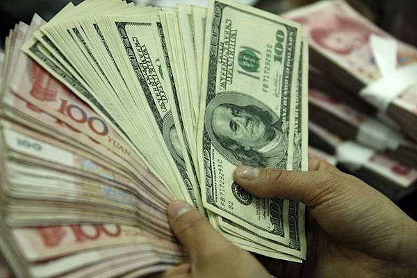 大陸因錢荒作用,國際資本持續進入大陸無風險套利,導致人民幣仍然「堅挺」。 (STR/AFP/Getty Images)