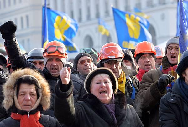2014年1月26日,烏克蘭全國抗議浪潮不斷,警民深陷暴力衝突。圖為示威者在葬禮儀式上喊口號。(SERGEI SUPINSKY/AFP)