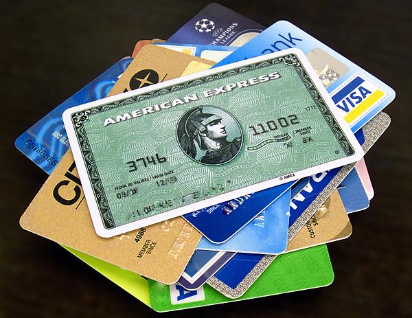自去年年底以來傳出美國多家零售連鎖商的電腦系統被黑客侵入,盜走了大量顧客個人及信用卡資料。近日專家提醒,如果發現信用卡帳單上出現9.84美元的刷卡記錄,那可能是被盜刷,應該立即聯繫信用卡公司。 上週「優良商家協會」(BBB)發佈了一個欺詐警報,許多消費者都投訴說他們的帳單上出現了一筆9.84美元的收費。收取此一費用的企業可能說是為了「客戶支援」,或可能說自己是某個網站。