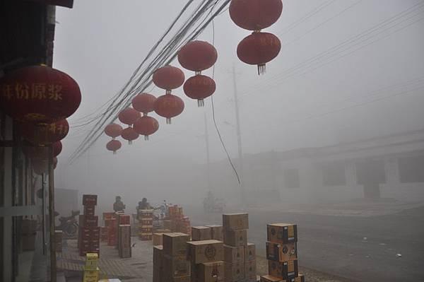 除夕前夕,中國大陸多地發佈陰霾黃色預警,要求民眾儘量不燃放煙花爆竹,以減少空氣污染。這讓過年少了喜慶氣氛。圖為,山東聊城市街頭。(大紀元資料室)