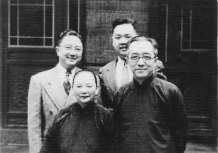 圖為胡適全家合照,胡適(右一)、江冬秀、胡祖望(左一)、胡思杜。(網絡圖片)