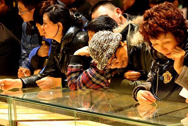 據陸媒報導,最近,中國大媽再度出手搶購黃金,中國新年到來之際,大陸黃金賣場出現了熱買黃金的情況。  (AFP/Getty Images)
