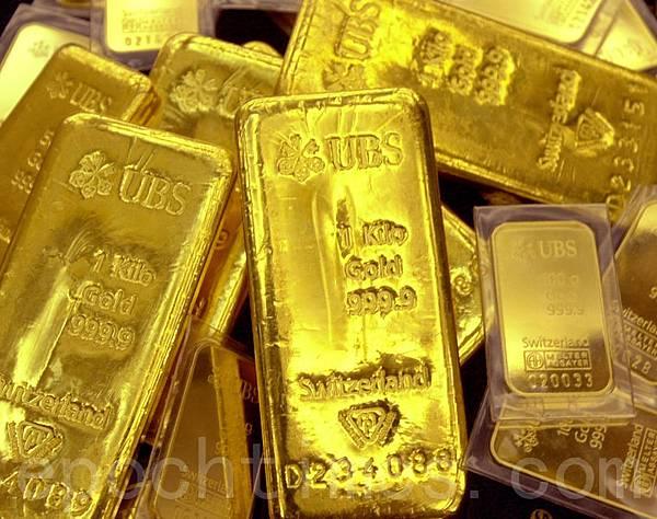 中國的金融危機已經在實質發生,讓中共當局也很心驚。黃金在歷次危機中都體現出來獨特的避險屬性令官方與民間青睞,而中共躲藏在中國大媽身後,大肆而秘密的儲備黃金。圖為由瑞士銀行製造的金塊。(AFP)