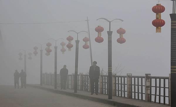 日漸嚴重的陰霾和H7N9禽流感成為大陸民眾過年期間的熱點話題,令民眾在喜慶的節日愁雲瀰漫。圖為,2014年1月31日,廣西柳州市融安縣長安大橋。(大紀元資料室)