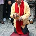 中國新年的大年初二是香港的車公誕,鄉議局主席劉皇發按傳統習慣,到沙田車公廟為香港上香祈福,求得一支  中簽,籤文指積善天賜福,自然福長禍潛消。(潘在殊/大紀元)