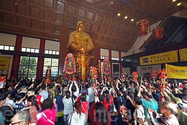 大年初三俗稱赤口,傳統上市民不會拜年;因此數萬香港市民一早到車公廟參拜,廟內香火鼎盛,善信除了上香  外,亦有轉風車以及擊鼓祈福。(潘在殊/大紀元)