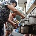北京市人均年水資源量甚至不足100立方米,而國際標準是人均500立方米為極度缺水。北京市的缺水程度甚至超過  以乾旱著稱的中東和北非地區,「比沙漠還缺水」。圖為北京居民正在盛裝飲用水。(ChinaFotoPress/Getty Images)