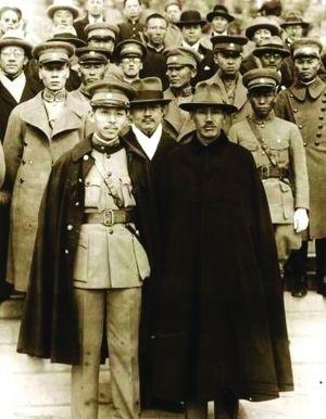 1936年12月12日,張學良和楊虎城在西安發動兵變叛亂,綁架扣押時任國民政府軍事委員會委員長蔣中正(蔣介石)。最終蔣介石被迫停止剿共。圖片前排為蔣介石(右)和張學良(左)。(網絡圖片)