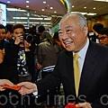 港交所主席周松崗在新年開市派發紅包給記者們。(宋祥龍/大紀元)
