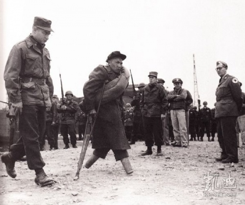 在板門店交換戰俘的儀式上,一名首先被釋放的無腿志願軍戰俘走向中朝方面,被打斷的腿已經得到醫治和手術。(網絡圖片)