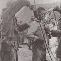 「志願軍」戰俘被消毒中。(網絡圖片)
