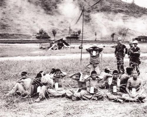 戰地臨時看護的北韓戰俘,戰事還在進行。(網絡圖片)