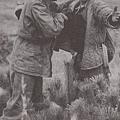 志願軍戰俘被搜身。(網絡圖片)