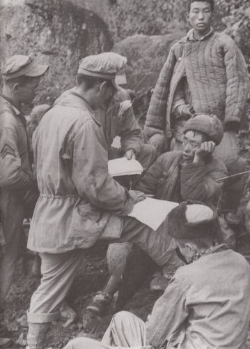 軍事記者戰地採訪「志願軍」戰俘。(網絡圖片)