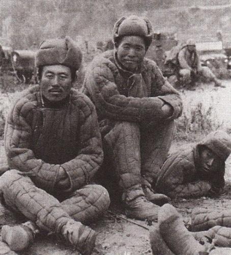 這張「志願軍」戰俘的照片經常被國內各種媒體使用,但做了剪裁,這是照片的原貌。(網絡圖片)