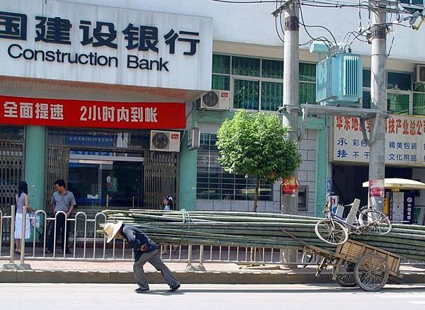 中國金融危機已實質性爆發,中共央行不斷釋放流動性也難以抑制錢荒的狀態,這實際上中共是以濫發貨幣營造的金融騙局,顯示中國金融體系已經到了崩潰邊緣。(大紀元資料室)