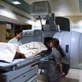 今天(2月4日)是世界癌症日,世界衛生組織警告,未來將出現癌症病例高發問題。圖為癌症病人進行放射線治療  。(SAM PANTHAKY/AFP/Getty Images)