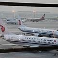 中國富豪加速外逃。美國頒發給中國富豪的投資綠卡兩年內躍升八倍。澳大利亞推出投資移民政策一年來,每十個申請者中就有九個來自中國內地。圖為停在北京機場的國航班機。(MARK RALSTON/AFP/Getty Images)