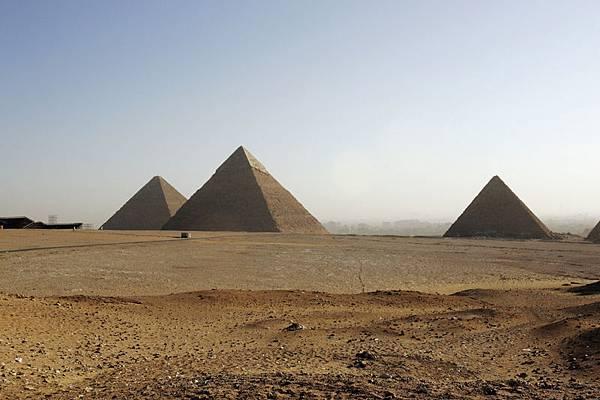 埃及開羅2月9日。左起:胡夫的大金字塔,吉薩的 Chephren和Mycerinus,在2006年2月9日發現。希臘人認為大金字  塔是世界七大奇蹟之一。他們是埃及的訪問量最大的紀念碑,並躋身全球最大的旅遊景點。