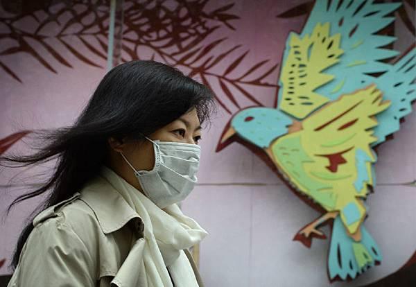 在台灣和香港相繼出現禽流感病例之後,全球的衛生官員都在準備預防大規模的流感爆發。隨著中國傳統新年慶  祝活動的開始,十幾億中國人的回鄉,或許成為流感病毒傳播的成熟條件,以致埋下潛在的危機。而且許多聚餐  都包括雞、鴨、鵝等禽類,它們是H7N9的主要載體。此外,隨著俄羅斯索契冬季奧運會來臨,很可能為病毒的爆  髮帶來理想條件。 在週四的媒體電話會議上,美國疾病控制預防中心(CDC)警告說,海外國家暴發疾病,並不意味著美國不會受到  影響。CDC主任托馬斯‧弗裡登(Thomas Frieden)博士說,目前全球存在三種主要的已經確認的威脅,按順序依  次為:新出現的病原體,如H7N9禽流感、瘟疫;耐藥性,包括一些耐藥結核菌株;以及生物武器。