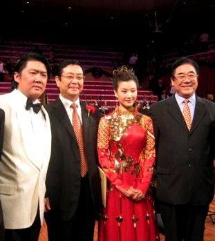 ●曾慶紅弟曾慶淮(左2)是他在港的白手套。任文化部駐香港特派員。明星來港由他統管。左3 宋祖英。