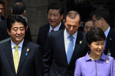 ●日相安倍晉三(左)近年來作風硬朗,2013-10 在印尼APEC 會上,和韓國朴槿惠、中國習近平一起。(Getty Images)