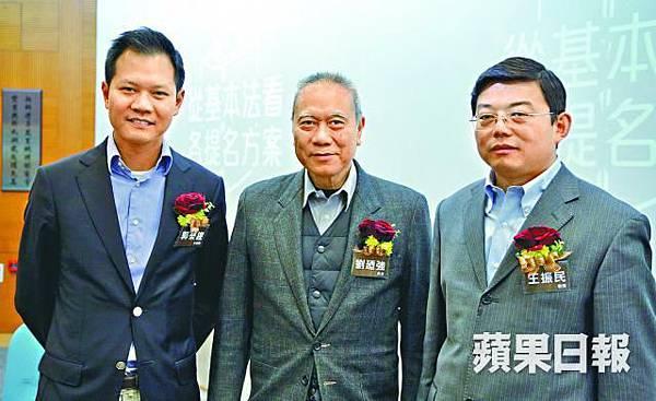 ●中共派學者來港推銷官旨:清華法學院長王振民(右),最近要求香港選舉保護精英的利益,不知所云。中為劉迺強,左為泛民學者。