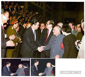 三幅胡錦濤和鄧小平握手的照片。上圖是原照,下圖是新華社發表的照片。(網絡圖片)
