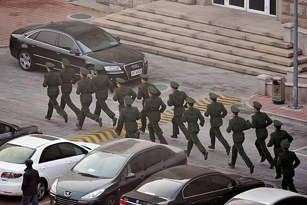 中共江澤民集團在近日發出「同歸於盡」的死亡威脅後,習近平陣營也加大了對江澤民集團的打擊力度,在過年  期間拋出季建業案。(Mark RALSTON/AFP)