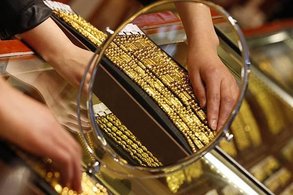 香港當局發佈的貿易統計數據顯示,2013年1月至10月,經過香港流入中國大陸的黃金累計達到1,263噸,達到上一年同期的2倍,超過2012年全年。(STR/AFP/Getty Images)