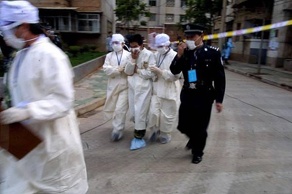 北京民眾稱,現在H7N9禽流感疫情要比SARS還嚴重,北京市在2003年SARS大爆發的時候,病人都被運到小湯山  傳染病院,由軍隊介入管理。從中共高層得到的消息稱不少病人是被直接活埋處理。現在北京市已經準備好了軍  隊,一旦H7N9禽流感疫情不能控制,就會像SARS一樣處理。圖為:2003年5月24日上午,昆明市防SARS的一個預  演,在警察的監控下把病人隔離。(大紀元資料室)