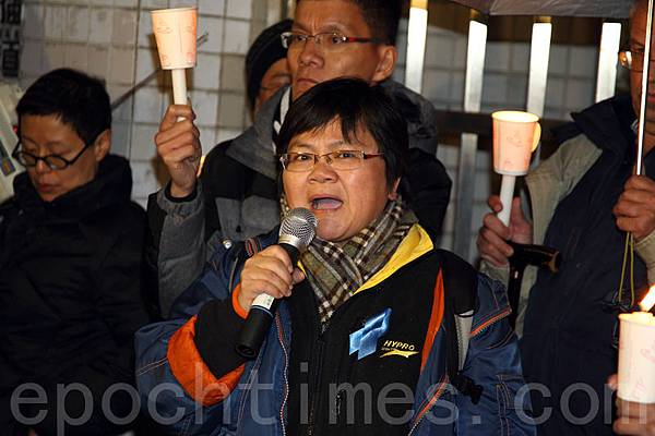 持燭光在商台門前集會支持李慧玲,當中包括資深傳媒人程翔、菲律賓人質易小玲,還有港視員工和教車師傅,都曾獲李慧玲替他們發聲,香港記者協會主席岑倚蘭表示,香港的新聞自由很危險。(潘在殊/大紀元)