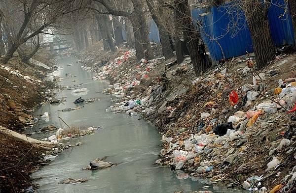 近年來中國十大典型水污染事件,可謂大陸觸目驚心環境污染的冰山一角。 (AFP)  中國水污染問題日益嚴重,由於化工產業廢物污染水源,導致半數以上江河湖泊水資源受到嚴重污染,多地出現「癌症村」。外媒報導稱,中國90%的地下水都遭受了不同程度的污染。有關部門對118個城市連續監測數據顯示,中國約有64%的城市地下水遭受嚴重污染,33%的地下水受到輕度污染。近年來中國十大典型水污染事件,可謂大陸觸目驚心環境污染的冰山一角。